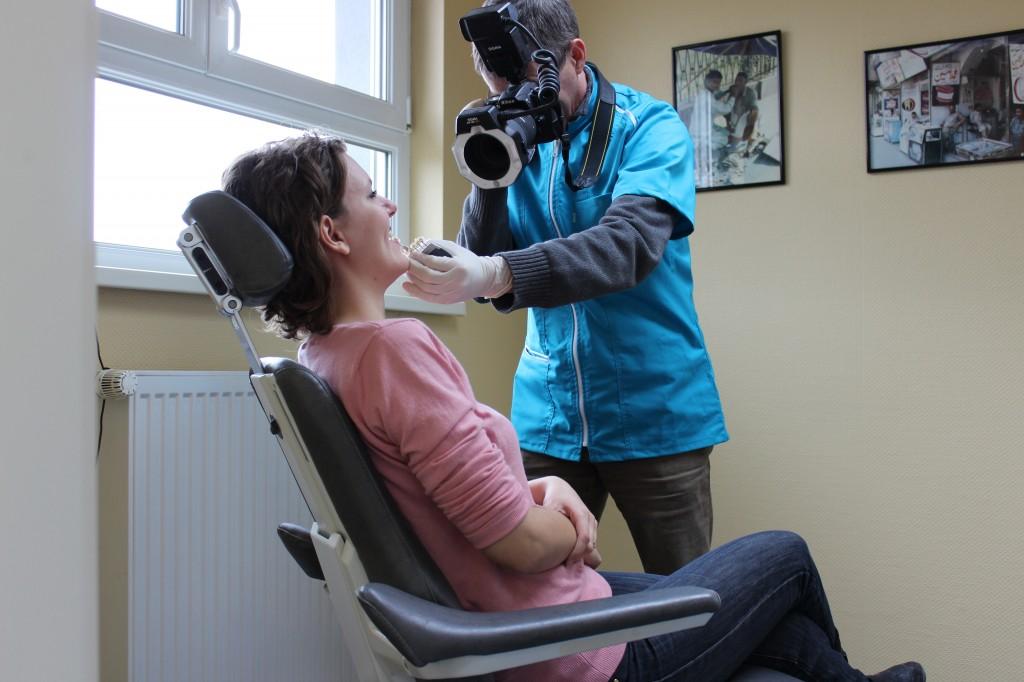 Le laboratoire BSR possède un fauteuil et un éclairage spécifique pour recevoir vos patients. Ainsi, prise de teintes, conception et maquillage de la partie cosmétique avec le patient se font au plus près des caractéristiques individuelles.