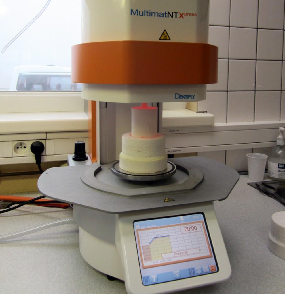 Le four à céramique pressée. Ce four à écran tactile offre une  possibilité  de  gestion et de  contrôle permanent de l'ensemble des circuits de mesure et de régulation des programmes de cuissons.